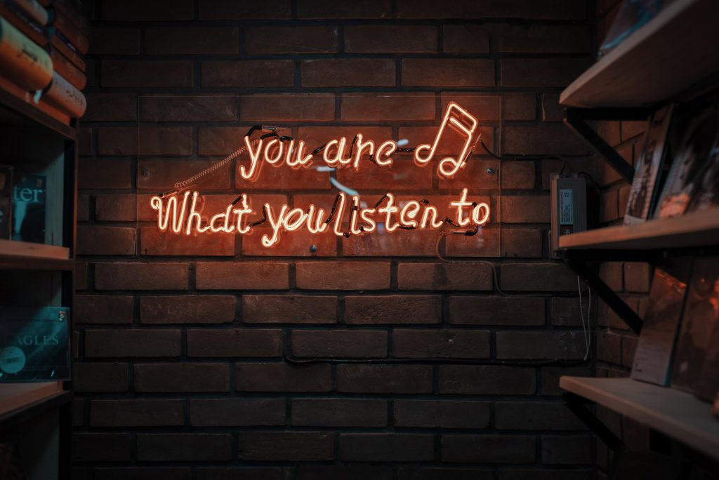"שלט ניאון ""you are what you listen to"" ותו מוסיקלי"